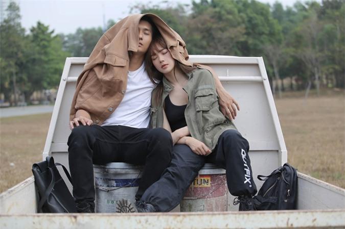 Casting nhiều trai đẹp sáu múi, Minh Hằng ưng ý nhất Lâm Bảo Châu bởi anh mang lại cho cô cảm giác ấm áp. Khi đóng cảnh tình cảm, cô nhờ trợ lý mua bia cho Lâm Bảo Châu uống để anh tự nhiên khi đến gần cô.