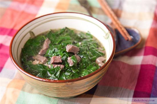 Món canh cải xoăn thịt nạc heo giúp ổn đinh huyết áp, điều hòa hoạt động hệ tim mạch