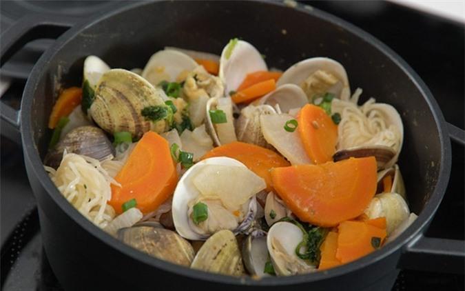 Món canh nghêu cà rốt đậu đỏ có tác dụng phục hồi sức khỏe, tốt cho người bị suy nhược cơ thể, tay chân lạnh