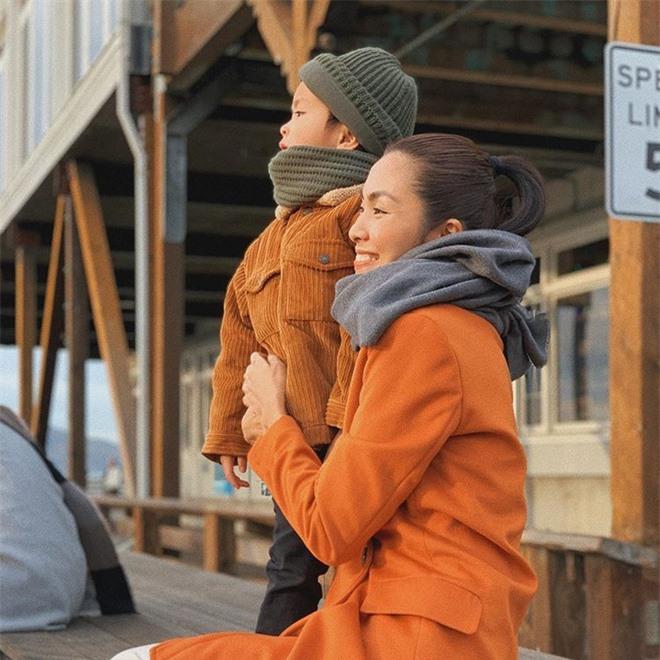 Năm 2019, lần đầu tiên Tăng Thanh Hà đăng ảnh rõ mặt của con trai đầu lòng. Tuy chỉ lộ gương mặt ở góc nghiêng nhưng nhiều người nhận xét bé trông khá đáng yêu.