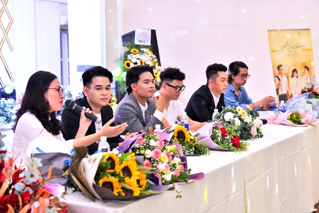 Buổi họp báo ra mắt MV Hẹn nhau nơi ấy.