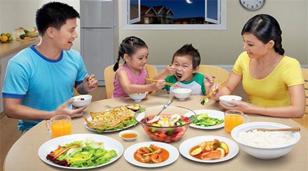 Cho trẻ ăn cơm chan canh hại dạ dày
