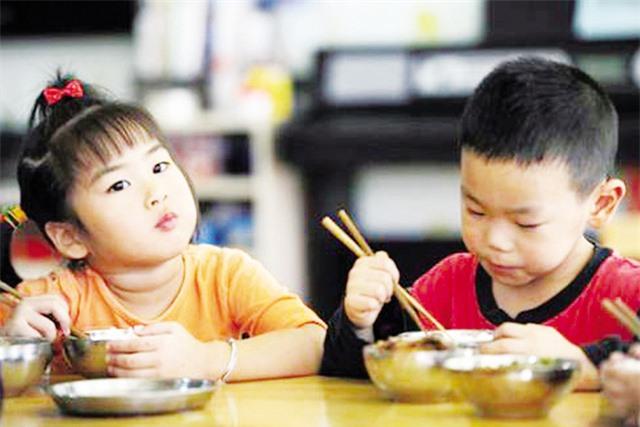 Cho trẻ ăm cơm không hại sức khỏe