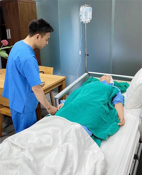 [Caption] Tại sao anh Khôi phải thực hiện ca phẫu thuật này?  Sau đợt đi biển Nha Trang vừa rồi, anh Khôi bị viêm tai cấp, nếu để lâu và không được phẫu thuật kịp thời thì nguy cơ tiềm ẩn cao, làm mất thính lực và ảnh hưởng đến não. Cách đây 10 năm anh Khôi đã thực hiện phẫu thuật thính giác một lần.   Ca phẫu thuật lần này được thực hiện bởi chuyên gia đầu ngành là Giáo sư Tiến Sĩ Nguyễn Tấn Phong. Đợt này anh Khôi ra Hà Nội thăm khám, Giáo sư Phong khuyên thực hiện cuộc phẫu thuật lần 2 để hoàn thiện hơn chức năng nghe và chấm dứt tình trạng viêm, nhiễm trùng.