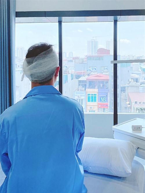 [Caption]Hiện tại, sức khỏe và tình trạng của anh Khôi như thế nào?  Ban đầu, mình chỉ nghĩ là phẫu thuật nhỏ thôi, nhưng sau 3 tiếng rưỡi rời phòng mổ, bác sĩ mới chia sẻ về mức độ quan trọng của phẫu thuật lần này. Bên ngoài phòng mổ, Thuỷ Anh lo lắng từng giờ từng phút, thông thường với cuộc phẫu thuật này chỉ kéo dài 2 tiếng. Nhưng đợi mãi không thấy bác sĩ trở ra nên Thuỷ Anh đã run run, đến khi bác sĩ thông báo ca mổ thành công, Thuỷ Anh oà khóc nức nở. Cảm giác của 10 năm trước như quay trở lại  Rất may mắn cho anh Khôi vì quyết định phẫu thuật sớm. Anh nói với mình rằng: Dù như thế nào đi chăng nữa thì lần này chồng vẫn quyết tâm thực hiện để sống khỏe mạnh với vợ con. Sức khỏe của anh Khôi hiện giờ đã tiến triển tốt hơn.