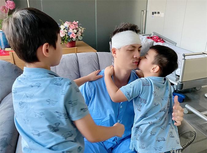 Hai con trai Đăng Khang và Đăng Anh vào thăm bố trong bệnh viện. Các bé tíu tít ôm hôn nam ca sĩ.