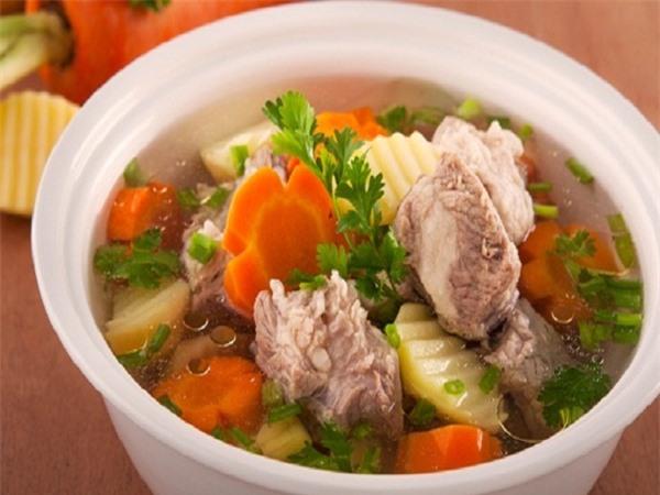 Canh củ cải, cà rốt nấu với thịt nạc heo giúp cơ thể loại bỏ độc tố, giúp cơ thể chống lại quá trình ung thư phổi