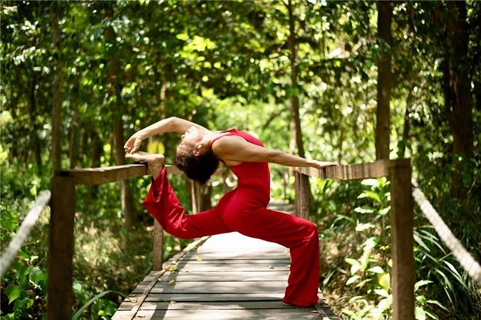 Trong chuyến đi về quê Quảng Bình mời nhất, bà Ngọc Hương tập yoga giữa khung cảnh thiên nhiên xanh mát. Chưa kể, bà còn tự mình bà hào hứng trượt zipline (đu dây bằng ròng rọc), chèo thuyền, bơi vào hang tối trong núi...