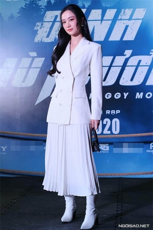 Diễn viên Jun Vũ diện nguyên cây trắng tới buổi chiếu phim.