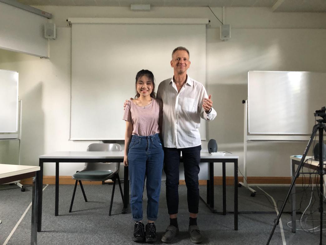 Tác giả, Nông Thanh Thảo My chụp ảnh cùng Thầy giáo tại Trường Đại học ở thành phố Lausanne, Thụy Sỹ.
