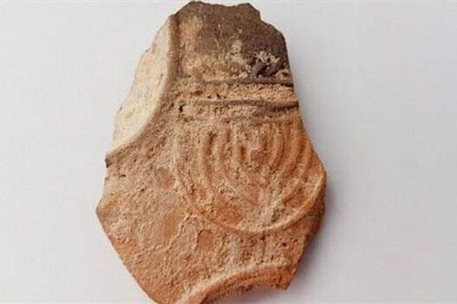 Đèn dầu cổ được khai quật ở làng cổ Do Thái. (Nguồn: israelnationalnews)