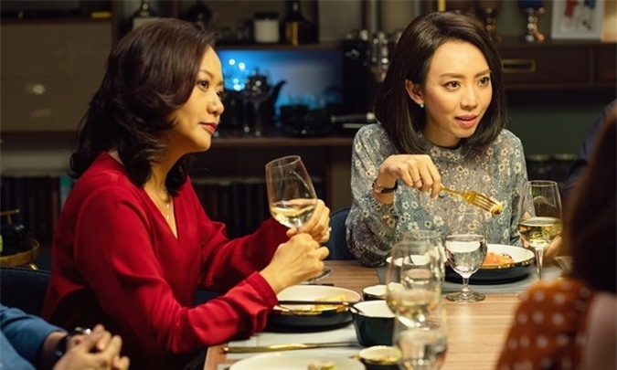 Thu Trang (phải) và Hồng Ánh trong phim Tiệc trăng máu.