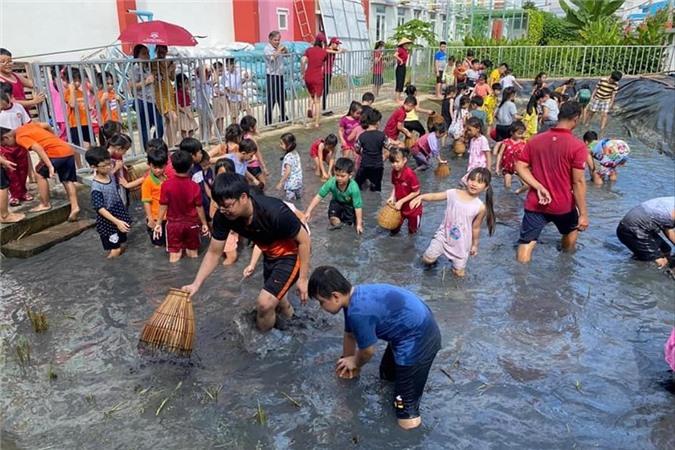 Diễn viên Lê Phương hạnh phúc khi thấy con yêu thích các hoạt động ngoại khóa vì học được những kỹ năng mềm cần thiết.