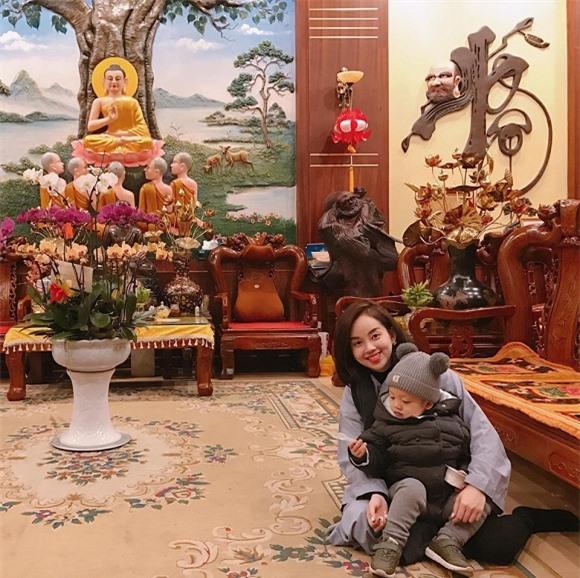 Ly Kute và con trai vào chùa nghe giảng đạo.