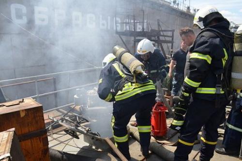 Một tàu đổ bộ của hải quân Ukraine đã bị bốc cháy trong quá trình sửa chữa. Ảnh: Lenta.
