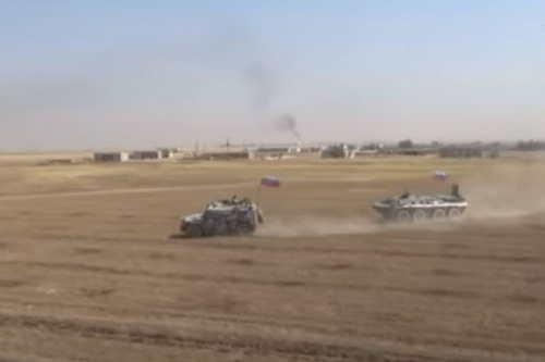 Lực lượng cơ giới Nga dàn đội hình bao vây xe bọc thép Mỹ. Ảnh: TASS.