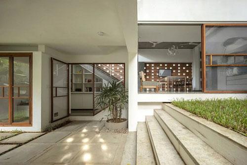 Một khu vườn nằm cạnh lối vào, nơi tất cả các phòng trong nhà đều có thể nhìn ra.