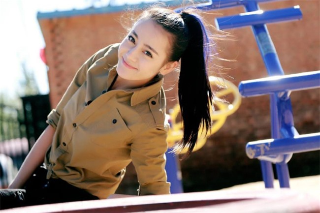 Địch Lệ Nhiệt Ba trong vai nữ vệ sĩ.