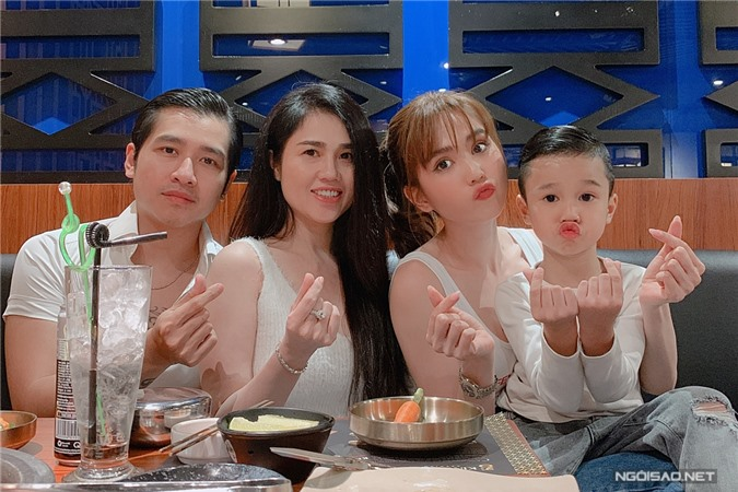 Nếu có thời gian rảnh, cô dẫn cả đại gia đình ra nhà hàng ăn tối. Trong ảnh, Ngọc Trinh nhí nhảnh bên vợ chồng chị gái Ngọc Bích - ca sĩ Tiêu Quang.