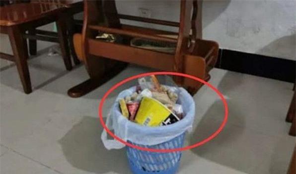 Không đặt thùng rác ở thẳng cửa chính