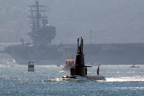 Một tàu ngầm hạt nhân và tàu sân bay của Hải quân Mỹ. Ảnh: National Interest.