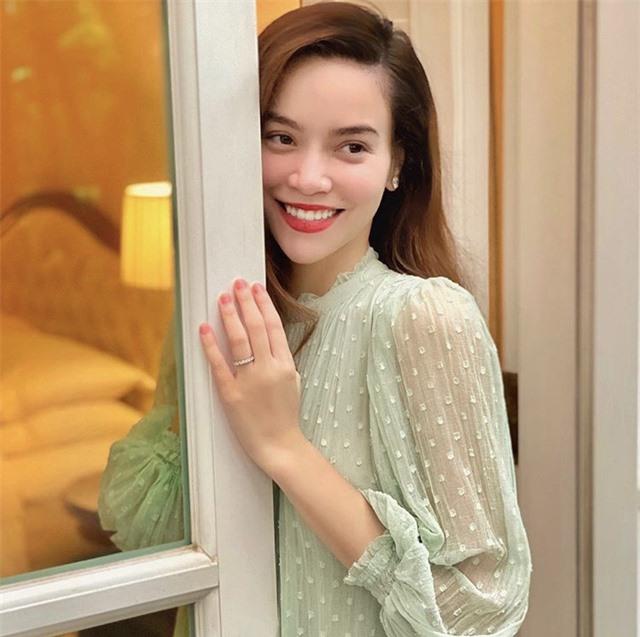 Hồ Ngọc Hà đeo nhẫn cặp với Kim Lý, nghi vấn đã đính hôn - Ảnh 2.