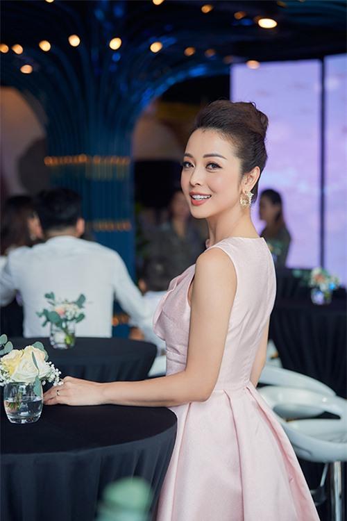 Sáng 20/7, hoa hậu Jennifer Phạm xuất hiện tại một sự kiện tổ chức ở Hà Nội với vai trò MC. Bà mẹ bốn con sở hữu trở thành tâm điểm khi sở hữu nhan sắc cuốn hút, mặn mà.