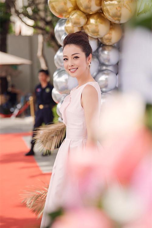 Hơn 10 năm đăng quang Hoa hậu châu Á tại Mỹ 2006 và đã là mẹ của bốn người con, Jennifer Phạm vẫn giữ được sức hút bởi nhan sắc ngày càng xinh đẹp, mặn mà và hình ảnh không scandal, gia đình hạnh phúc. Không chỉ là MC song ngữ đắt show, cô còn được nhiều nhãn hàng tin tưởng giao vị trí đại sứ thương hiệu.