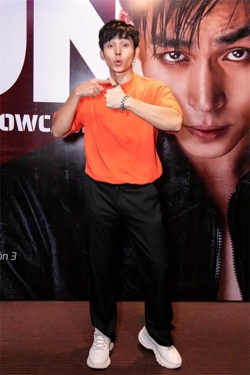 Sau kỳ nghỉ ở Phú Quốc, Jun Phạm trở về TP HCM hội ngộ fan trong buổi diễn nhỏ tại một phòng trà.
