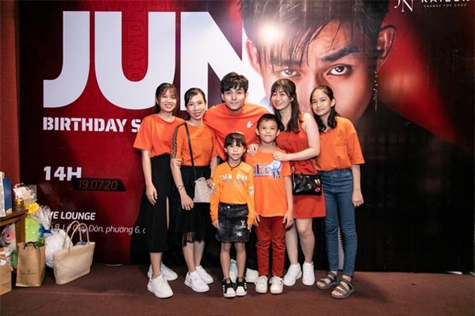Các fan nhí cũng tới xem show và cổ vũ Jun Phạm.
