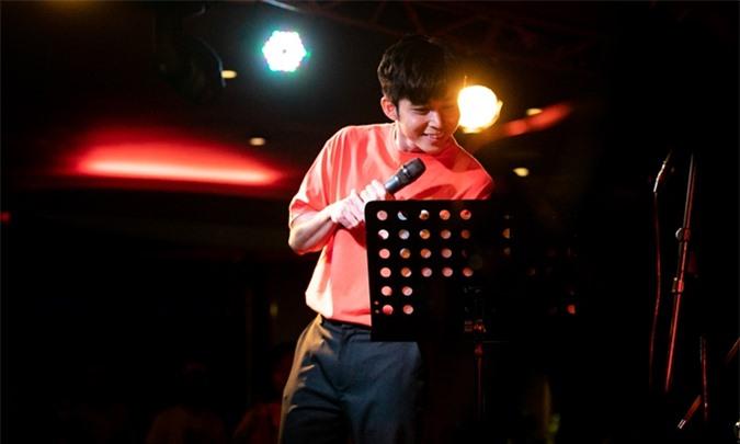 Không có nhiều thời gian tổng duyệt, Jun Phạm vừa hát vừa xem lời bài hát để đảm bảo chất lượng cho phần trình diễn.