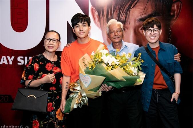 Trong sự kiện, Jun Phạm dành nhiều lời tri ân tới bố và cô giáo dạy tiếng Nhật của mình.