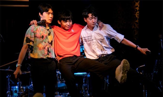 Jun Phạm khoác vai hai người anh em, nhảy tưng bừng trên sân khấu.