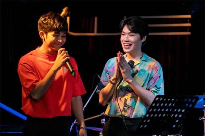 Jun Phạm lần đầu cùng Quang Trung biểu diễn Nhà có một người - bài hát chủ đề của series Vlog cùng tên của anh. Nam ca sĩ nói sẽ sớm tung ra MV của ca khúc này.