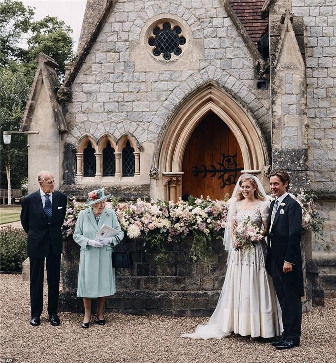 """Meghan Markle cố tình chiếm spotlight, """"phá đám"""" hôn lễ hoàng gia và hoạt động của Nữ hoàng Anh bằng thông tin về cha đẻ - Ảnh 1."""
