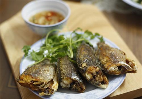 Món cá rô ta rán giòn chấm mắm gừng ngon tuyệt (Ảnh: Ngôi sao)