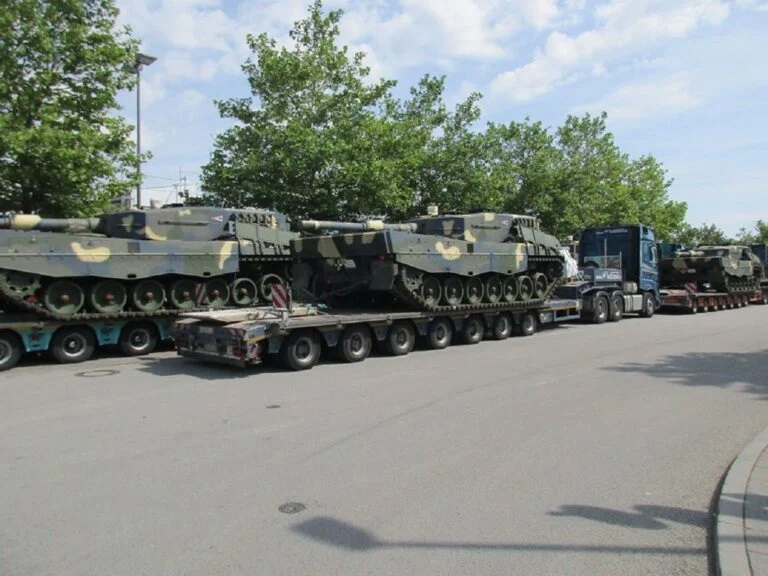Lô xe tăng chiến đấu chủ lực Leopard 2A4 đầu tiên của Hungaria. Ảnh: Defence Blog.