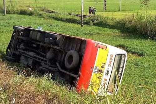Xe bus lật xuống ruộng bên quốc lộ. Ảnh: Dân trí