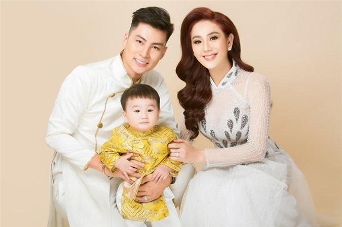 Vợ chồng Lâm Khánh Chi bên con trai Phi Long.