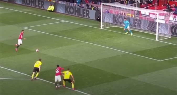Bruno Fernandes nhảy chân sáo nhằm có thêm thời gian quan sát chuyển động của thủ môn