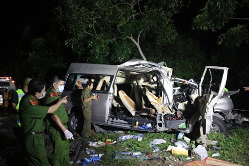 Các lực lượng khám nghiệm hiện trường, điều tra nguyên nhân vụ tai nạn. (Ảnh: TTXVN)
