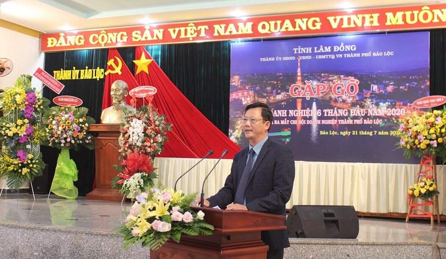 Ông Đoàn Kim Đình, Chủ tịch UBND TP. Bảo Lộc phát biểu chúc mừng ra mắt Chi hội Doanh nghiệp TP. Bảo Lộc.
