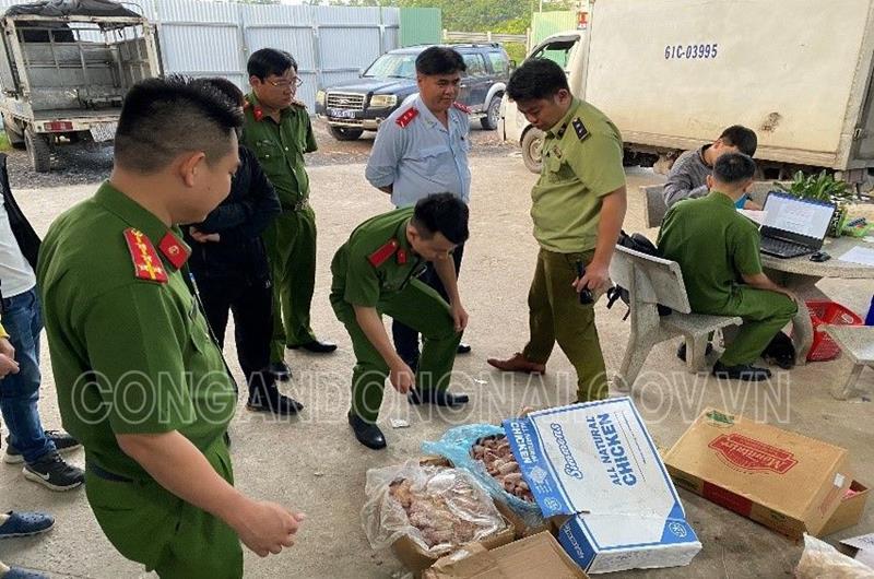 Lực lượng kiểm tra liên ngành kiểm tra thực phẩm tại Công ty TNHH thực phẩm Khánh Huy.