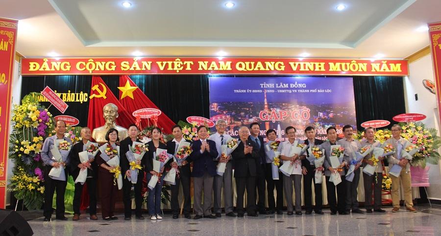 Lãnh đạo Hiệp hội Doanh nghiệp tỉnh Lâm Đồng, Thành uỷ, UBND TP. Bảo Lộc tặng hoa chúc mừng Ban Chấp hành Chi hội Doanh nghiệp TP. Bảo Lộc.