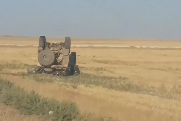 Xe thiết giáp kháng mìn MRAP Oskosh M-ATV của Quân đội Mỹ trong trạng thái lật ngửa. Ảnh: Al Masdar News.