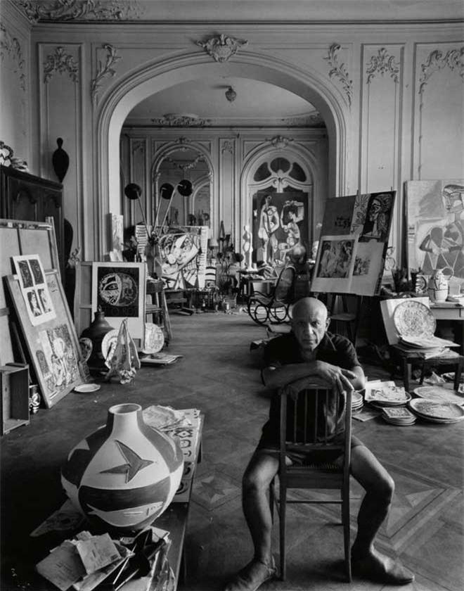 Nơi làm việc của Picasso luôn la liệt rác giấy.