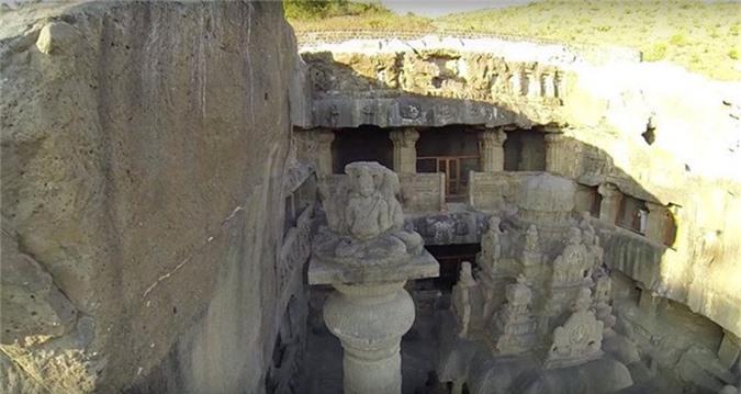 Ước tính đã có 400.000 tấn đá được hất ra để tạo nên nơi thờ phụng này.