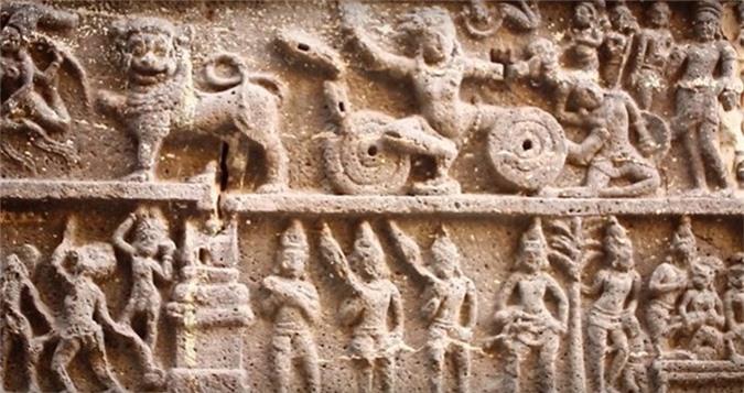 Hai bên khu đền chính là dãy cột cao 30m, trên đó khắc hình của rất nhiều vị thần.