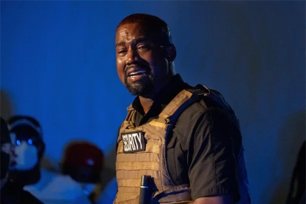 Kanye West gây lo lắng vì khóc nức nở trong buổi vận động tranh cử và sau đó tung ra những dòng tweet kỳ quái chỉ trích gia đình.