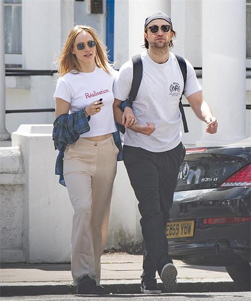 Suki Waterhouse và Robert Pattinson tay trong tay dạo phố London hôm thứ ba.